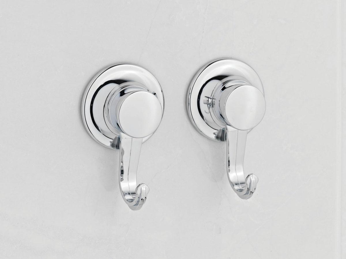 Набор из 2-х крючков Tatkraft Swiss Line10504-TKНабор из 2-х крючков Tatkraft Swiss Line используется в ванной комнате для того, чтобы вешать на них полотенца и другие вещи. Для установки не нужно ничего сверлить, набор быстро и надежно устанавливается на любой воздухонепроницаемой поверхности благодаря вакуумным присоскам. Характеристики: Материал: хромированная сталь. Диаметр присоски: 5,5 см. Размер упаковки: 13,5 см х 4 см х 20 см.