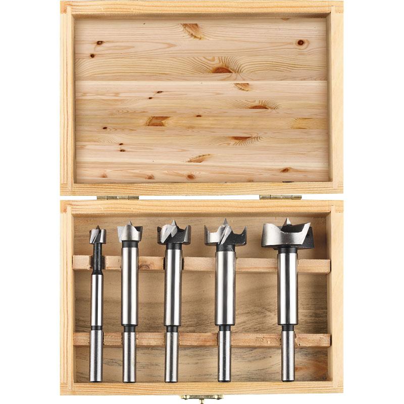 Набор сверл по дереву Stomer BS-5-F, 5 шт98290912Сверла Форстнера предназначены для засверливания глухих отверстий для мебельных петель в ДСП, фанере, лиминате и т.п., а так же для мягкой и твердой древесины где необходимо просверлить исключительно ровное круглое отверстие без трещин и сколов. В комплект входят: 5 сверл диаметром 15 мм, 20 мм, 25 мм, 30 мм, 35 мм. Деревянная коробка.