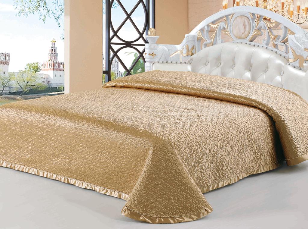 Покрывало стеганое SL, цвет: золотистый, 220 см х 240 см. 0894208942Роскошное покрывало SL, выполненное из атласной ткани золотистого цвета, оформлено фигурной стежкой и широким кантом. Края покрывала закругленные. Покрывало SL - это отличный способ придать спальне уют и привнести в интерьер что-то новое. Изделие упаковано в подарочную картонную коробку, украшенную сюжетами по мотивам картин эпохи Возрождения.