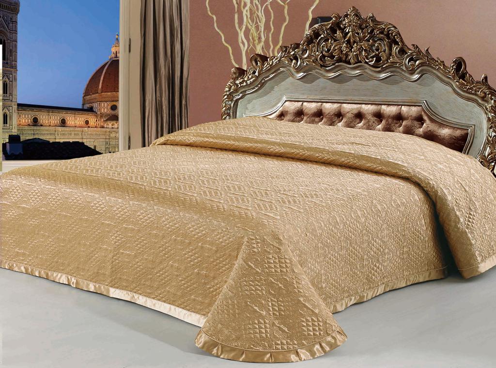 Покрывало стеганое SL, цвет: золотистый, 240 см х 260 см. 0894508945Роскошное покрывало SL, выполненное из атласной ткани золотистого цвета, оформлено фигурной стежкой и широким кантом. Края покрывала закругленные. Покрывало SL - это отличный способ придать спальне уют и привнести в интерьер что-то новое. Изделие упаковано в подарочную картонную коробку, украшенную сюжетами по мотивам картин эпохи Возрождения. Характеристики: Материал: атлас (100% полиэстер). Цвет: золотистый. Размер покрывала (Ш х Д): 240 см х 260 см. Soft Line предлагает широкий ассортимент высококачественного домашнего текстиля разных направлений и стилей. Это и постельное белье из тканей различных фактур и орнаментов, а также мягкие теплые пледы, красивые покрывала, воздушные банные халаты, текстиль для гостиниц и домов отдыха, практичные наматрасники, изысканные шторы, полотенца и разнообразное столовое белье. Soft Line - это ваш путеводитель по мягкому миру текстиля, полному удивительных достопримечательностей.