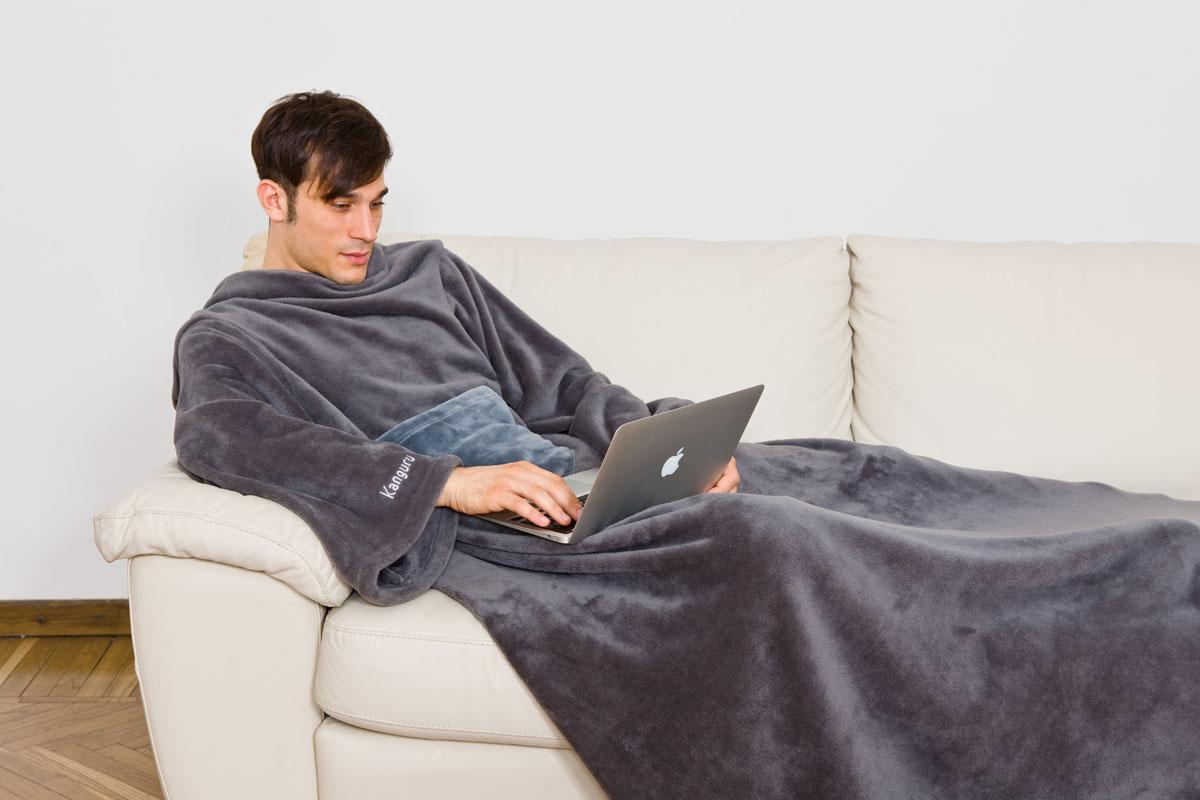 Плед Kanguru Loft Deluxe с рукавами и карманом, цвет: серый, 1,4 м х 2,1 м1095Плед Kanguru Deluxe изготовлен из полиэстера. Материал является мягким и приятным на ощупь. Плед не сковывает движения и позволяет, укутавшись с головы до ног, заниматься вашими любимыми делами. На одеяле имеется практичный карман, в который можно положить разные мелочи: пульт ТВ, мобильный телефон, носовой платок и т.д. Теперь мягкий плед можно использовать не только дома, но и в автомобиле, офисе, в путешествии и даже на улице. Плед Kanguru Deluxe может стать оригинальным подарком для ваших близких и друзей благодаря функциональности и оригинальному дизайну.