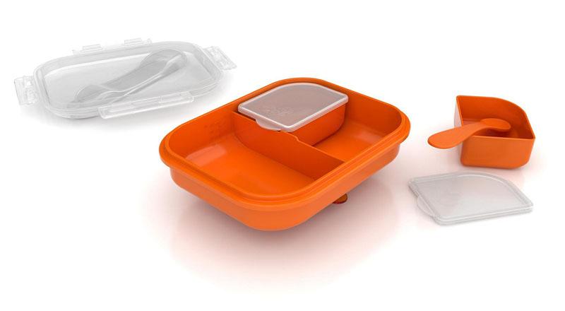 Philips Avent Контейнер для детского питания дорожный SCF724/00SCF724/00Набор контейнеров для хранения питания Avent существенно поможет вам во время подкорма, поскольку позволит сохранить излишки питания. Контейнеры выполнены из легкого полиэтилена, они легко моются, в том числе в посудомоечной машине, их можно стерилизовать. Герметичные крышки обеспечивает гигиеничное хранение питания. В комплекте большой контейнер с крышкой, два малых контейнера с крышками, а также ложка и маленький круглый подносик с нескользящим покрытием, позволяющий предотвратить проливание. Набор контейнеров для хранения питания Avent будет просто незаменим в поездках.