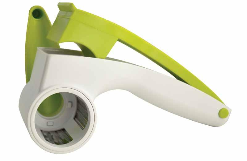 Терка роторная Regent Inox Presto93-AC-GR-101Роторная терка Regent Inox Presto позволяет приготовить стружку или крошку из твердого сыра, шоколада, орехов или чеснока. Нужно просто поместить продукт в специальный контейнер с прессом и вращать ручку. Продукт расходуется полностью, без остатков. Терка оснащена барабаном из высококачественной нержавеющей стали. Конструкция легко разбирается для полноценной очистки. Роторная терка Regent Inox Presto займет достойное место среди аксессуаров на вашей кухне.