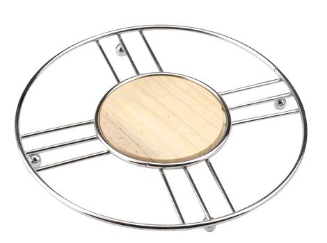 Подставка под горячее Regent Inox Trina93-TR-04-04Подставка под горячее Regent Inox Trina, выполненная в стильном и элегантном дизайне, идеально впишется в интерьер современной кухни. Для устойчивости на нижнюю часть прикреплены четыре маленьких шарика. Подставка изготовлена из высококачественной нержавеющей стали и дерева. Каждая хозяйка знает, что подставка под горячее - это незаменимый и очень полезный аксессуар на кухне. Ваш стол будет не только украшен оригинальной подставкой с красивым узором, но и будет защищен от воздействия высоких температур.