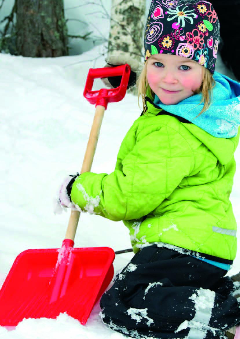 Лопата с деревянной ручкой Plasto, цвет: красный, 80 см1831RB_красныйЗимой очень пригодится на улице большая лопата для игры со снегом. Ваш ребенок почувствует себя взрослым, откапывая вместе с Вами занесенный снегом автомобиль. Также, в игре со сверстниками с помощью лопаты детской для снега большого размера можно раскопать большие сугробы снега.