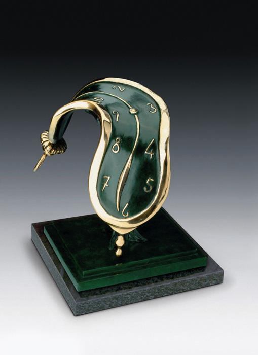 Скульптура Танец времени II. Сальвадор Дали. Коллекция Arteus. Бронза, 1979 годAR09Эксклюзив! Плавящиеся часы Сальвадора Дали - один из самых известных и любимых образов художника, в которому он обращался последовательно на протяжении всей своей жизни, начиная с 1932 года. Скульптура Дали символизирует текучесть времени, его движение в ритме и такте движения вселенной. Время в интерпретации Сальвадора Дали - это космический универсум, который не знает границ. Номерной экземпляр с подписью Сальвадора Дали! Идеально для представительского подарка высокопоставленному лицу! Скульптура Танец времени II - великолепный подарок поклоннику творчества Сальвадора Дали и роскошное украшение интерьера, которое тонко подчеркнет Ваш высокий статус и безупречный вкус! Скульптура была создана Сальвадором Дали в 1979 году. Скульптура Танец времени II. Сальвадор Дали. Бронза. Perseo, Швейцария. Размер 30,5 см. Техника: литье по выплавляемым восковым моделям. Тираж 350 экземпляров. На скульптуре...