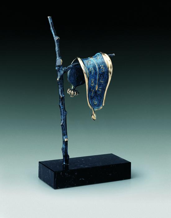 Скульптура Постоянство памяти. Сальвадор Дали. Коллекция Arteus. Бронза, 1980 годAR09Основой для создания композиции послужил фрагмент одной из самых известных картин Сальвадора Дали «Постоянство памяти» (1931). Размягченность висящих и стекающих часов — образ, который можно было бы описать так: «он распространяется в область бессознательного, оживляя универсальное человеческое переживание времени и памяти». Сообразно своему методу, художник объяснял происхождение сюжета размышлением о природе сыра камамбер. Номерной экземпляр с подписью Сальвадора Дали! Идеально для представительского подарка высокопоставленному лицу! Скульптура Постоянство памяти из серии Arteus - великолепный подарок поклоннику творчества Сальвадора Дали и роскошное украшение интерьера, которое тонко подчеркнет Ваш высокий статус и безупречный вкус! Скульптура Постоянство памяти была создана Сальвадором Дали в 1980 году. Скульптура Постоянство памяти. Сальвадор Дали. Бронза. Perseo, Швейцария. Размер 37 см. Техника: литье...