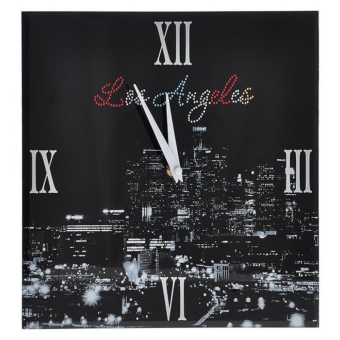 Часы настенные Los Angeles, со стразами138422Настенные кварцевые часы Los Angeles своим дизайном подчеркнут стильность и оригинальность интерьера вашего дома. Часы квадратной формы выполнены из стекла, оформлены изображением ночного Лос Анжелеса и декорированы стразами. Часы имеют две стрелки - часовую и минутную. На задней стенке часов расположена петелька для подвешивания и блок с часовым механизмом. Такие часы послужат отличным подарком для ценителя ярких и необычных вещей.