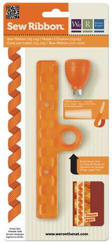 Дырокол-шаблон для лент We R Memory Keepers Зигзаг, цвет: оранжевый71212-1Дырокол-шаблон We R Memory Keepers Зигзаг выполнен из пластика оранжевого цвета с металлическими элементами и предназначен для аккуратного вырезания из ленты фигуры в виде зигзага. Такой дырокол поможет создать аппликации для декора и оформления творческих работ в различных техниках, таких как скрапбукинг, шитье, декор, изготовление бижутерии, бантиков и т.д. Дырокол разнообразит вашу работу и добавит вдохновения для новых идей.