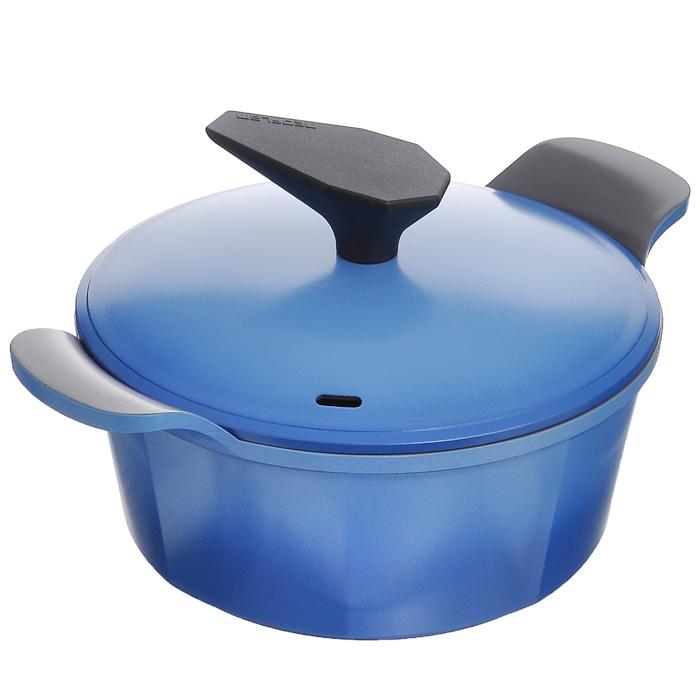 Кастрюля Frybest Azure с крышкой, цвет: голубой, серый, 2,4 лAZ-C20Кастрюля Frybest Azure изготовлена по новейшей технологии из литого алюминия с керамическим антипригарным покрытием Ecolon Coating, в производстве которого используются только природные материалы, безопасные для здоровья. Покрытие Ecolon Coating имеет 5 слоев: 1. Внутреннее керамическое покрытие; 2. Основное керамическое покрытие; 3. Алюминий; 4. Основное керамическое покрытие; 5. Внешнее керамическое покрытие. Особенности кастрюли Frybest Azure: - мощная основа из литого алюминия; - специальное утолщенное дно для идеальной теплопроводности; - очень быстро разогревается, экономя электроэнергию и время; - инновационное керамическое антипригарное покрытие предохраняет пищу от пригорания и позволяет готовить практически без масла; - керамика как внутри, так и снаружи. Легко готовить - легко мыть; - непревзойденная прочность и устойчивость к царапинам. Можно использовать металлические аксессуары; - слой анионов...