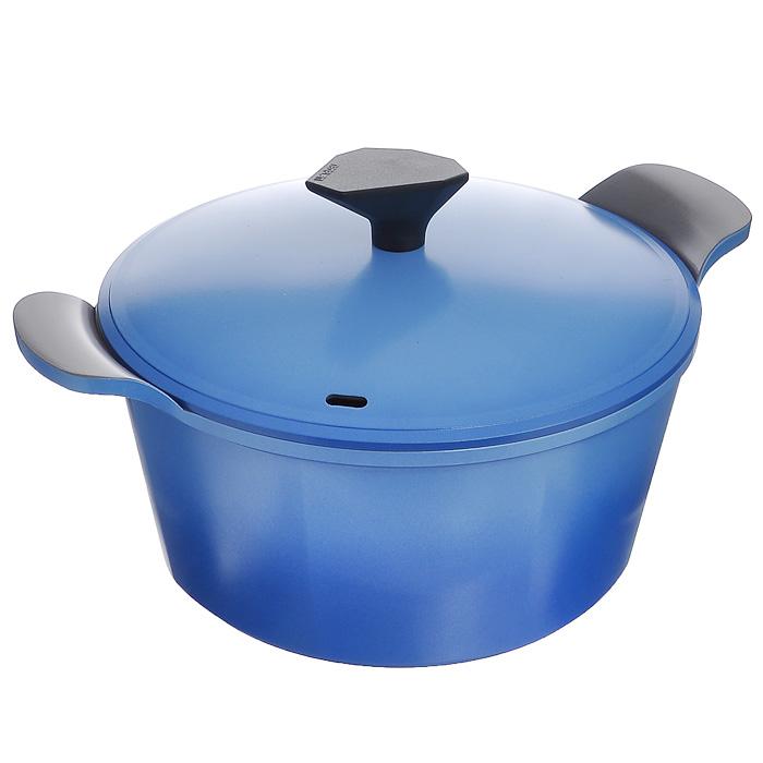 Кастрюля Frybest Azure с крышкой, цвет: голубой, серый, 4,5 лAZ-C24Кастрюля Frybest Azure изготовлена по новейшей технологии из литого алюминия с керамическим антипригарным покрытием Ecolon Coating, в производстве которого используются только природные материалы, безопасные для здоровья. Покрытие Ecolon Coating имеет 5 слоев: 1. Внутреннее керамическое покрытие; 2. Основное керамическое покрытие; 3. Алюминий; 4. Основное керамическое покрытие; 5. Внешнее керамическое покрытие. Особенности кастрюли Frybest Azure: - мощная основа из литого алюминия; - специальное утолщенное дно для идеальной теплопроводности; - очень быстро разогревается, экономя электроэнергию и время; - инновационное керамическое антипригарное покрытие предохраняет пищу от пригорания и позволяет готовить практически без масла; - керамика как внутри, так и снаружи. Легко готовить - легко мыть; - непревзойденная прочность и устойчивость к царапинам. Можно использовать металлические аксессуары; - слой анионов...