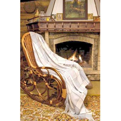 Плед шерстяной Летний туман, 170 х 200 см-беж/зелёныйПА-170-2004Приятный плед Летний туман добавит комнате уюта и согреет в прохладные дни. Плед выполнен из натуральной шерсти альпаки. Удобный размер этого очаровательного пледа позволит использовать его и как одеяло, и как покрывало для кресла или софы. Такое теплое украшение может стать отличным подарком друзьям и близким! Альпака - редкое животное, обитающее, как и лама в Перу, на высокогорье Анд. По сей день шерсть этих животных называют божественное волокно. Живут альпаки на высоте 4000-5000 м в экстремальных климатических условиях. Там очень сильное солнечное излучение, дуют холодные ветра и наблюдаются резкие перепады температур от - 20 градусов в ночное время до + 15 - 18 градусов днем. Для выживания в таких условиях альпаки должны обладать особой шерстью: легкой, тонкой, мягкой и при этом настолько плотной, чтобы не пропускать воду. Изделия из шерсти альпаки обладают непревзойденным качеством. Во всем мире их относят к самым дорогим товарам. Для изготовления...