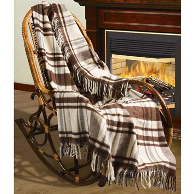Плед шерстяной Верона, 170 х 200 смПА-170-2006Приятный плед Верона добавит комнате уюта и согреет в прохладные дни. Плед выполнен из натуральной шерсти альпаки. Удобный размер этого очаровательного пледа позволит использовать его и как одеяло, и как покрывало для кресла или софы. Такое теплое украшение может стать отличным подарком друзьям и близким! Альпака - редкое животное, обитающее, как и лама в Перу, на высокогорье Анд. По сей день шерсть этих животных называют божественное волокно. Живут альпаки на высоте 4000-5000 м в экстремальных климатических условиях. Там очень сильное солнечное излучение, дуют холодные ветра и наблюдаются резкие перепады температур от - 20 градусов в ночное время до + 15 - 18 градусов днем. Для выживания в таких условиях альпаки должны обладать особой шерстью: легкой, тонкой, мягкой и при этом настолько плотной, чтобы не пропускать воду. Изделия из шерсти альпаки обладают непревзойденным качеством. Во всем мире их относят к самым дорогим товарам. Для изготовления пледов...