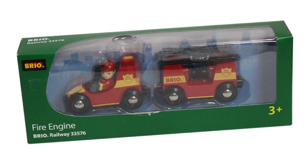 BRIO Поезд Пожарная машина, свет, звук, бат. 2хLR44 (вх. в наб.), 16,5х3,4х5,0см33576У пожарного поезда есть выдвижная лестница и шланг для тушения пожара. Если нажать на кнопку наверху, то включится красный свет и зазвучит сирена. В наборе фигурка 1 человечка. Приводить в движение поезд нужно руками.