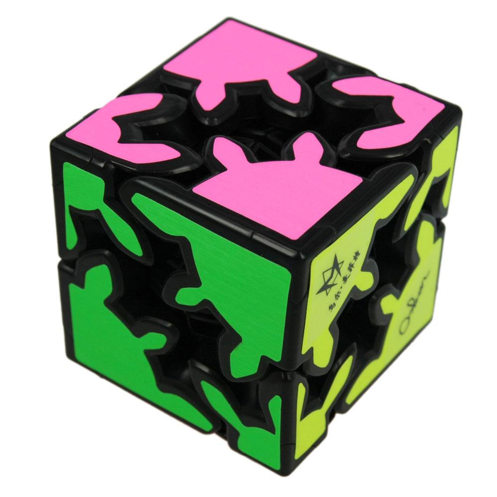 Головоломка Шестеренки со Сдвигом Gear ShiftM5033Головоломка Шестеренки со Сдвигом Gear Shift - это уникальная занимательная игрушка, которая не позволит вам скучать! Она сконструирована особым образом. Восемь шестеренчатых элементов этой головоломки расположены по углам так, что поворот любого из них автоматически вращает все остальные элементы. Это полная неразбериха и царство хаоса, но ровно до тех пор, пока головоломка не покажет вам свой секрет - спрятанный во внутренней части механизм, позволяющей кубу раздвигаться в стороны, разъединяя зубья элементов. Два характерных щелчка - и куб разделится на две половины, по четыре элемента-шестерни на каждой. А теперь представьте, что раздвижной механизм работает поочередно во всех трех плоскостях! Дальше - дело техники: создавая, вращая и меняя группы из четырех связанных шестеренок каждой из половинок, необходимо собрать каждый цвет на своей стороне. Головоломка Шестеренки со Сдвигом Gear Shift произведет впечатление на любого человека, а для коллекционера головоломок...
