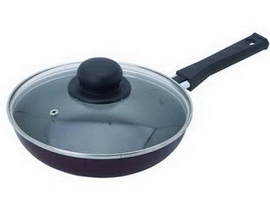 Сковорода Flonal, с крышкой. Диаметр 26 смBS2263Сковорода Flonal изготовлена из 100% пищевого алюминия с высококачественным антипригарным тефлоновым покрытием. Такое покрытие предотвращает пригорание и прилипание пищи, легко моется. Таким образом, готовить пищу можно с минимальным количеством масла. Алюминиевая нескользящая основа сковороды обеспечивает быстрый и равномерный нагрев, что сохраняет пищевую ценность продуктов. Сковорода оснащена удобной ненагревающейся ручкой из бакелита и стеклянной прозрачной крышкой с пароотводом. Не рекомендуется использование острых и металлических аксессуаров. Изделие можно использовать на всех видах плит, кроме индукционных. Можно мыть в посудомоечной машине.