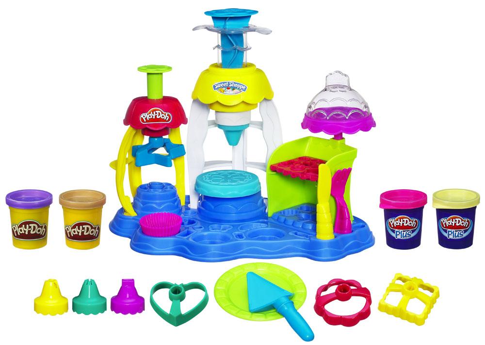 Play-Doh Игровой набор Фабрика пирожныхA0318E24С помощью игрового набора Play-Doh Фабрика пирожных малыш вылепит из пластилина огромное количество всевозможных пирожных, печенья и других угощений, украсив их на свой вкус! В наборе есть все необходимое для этого: игровая площадка с тремя разными прессами, включающая множество формочек и аксессуаров для формирования пирожных и их украшений и, конечно, четыре баночки с пластилином Play-Doh разных цветов. Также в наборе инструкция на русском языке. Play-Doh - король пластилина! Этот уникальный материал для детского творчества давно стал любимой развивающей игрушкой для малышей во всем мире. Мягкий пластилин Play-Doh дарит детям радость творчества, а родителям - уверенность, что ребенок получает новые знания самым безопасным способом. Лепить из пластилина, который не прилипает к рукам, одно удовольствие! Пластилин окрашен безопасным красителем, быстро высыхает и не имеет запаха. Соответствует европейским нормам безопасности. Уникальный рецепт Play-Doh хранится в секрете,...