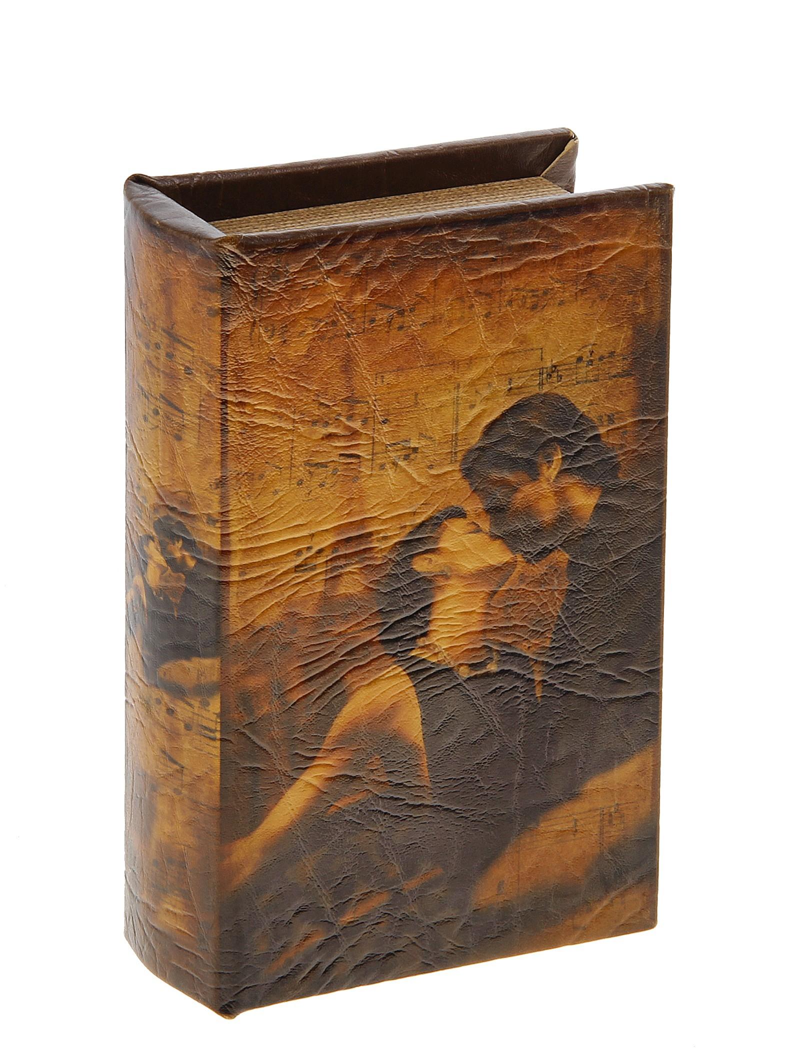 Шкатулка-книга Поцелуй. 444172444172Оригинальное оформление шкатулки, несомненно, привлечет внимание. Шкатулка Поцелуй изготовлена в виде книги, поверхность которой выполнена из кожзама и оформлена изображением молодой влюблённой пары. Такая шкатулка может использоваться для хранения бижутерии, в качестве украшения интерьера, а также послужит хорошим подарком для человека, ценящего практичные и оригинальные вещи. Характеристики: Материал: дерево, кожзам. Цвет: коричневый. Размер шкатулки (в закрытом виде): 17 см х 11 см х 5 см. Размер упаковки: 18 см х 12 см х 6 см. Артикул: 444172.