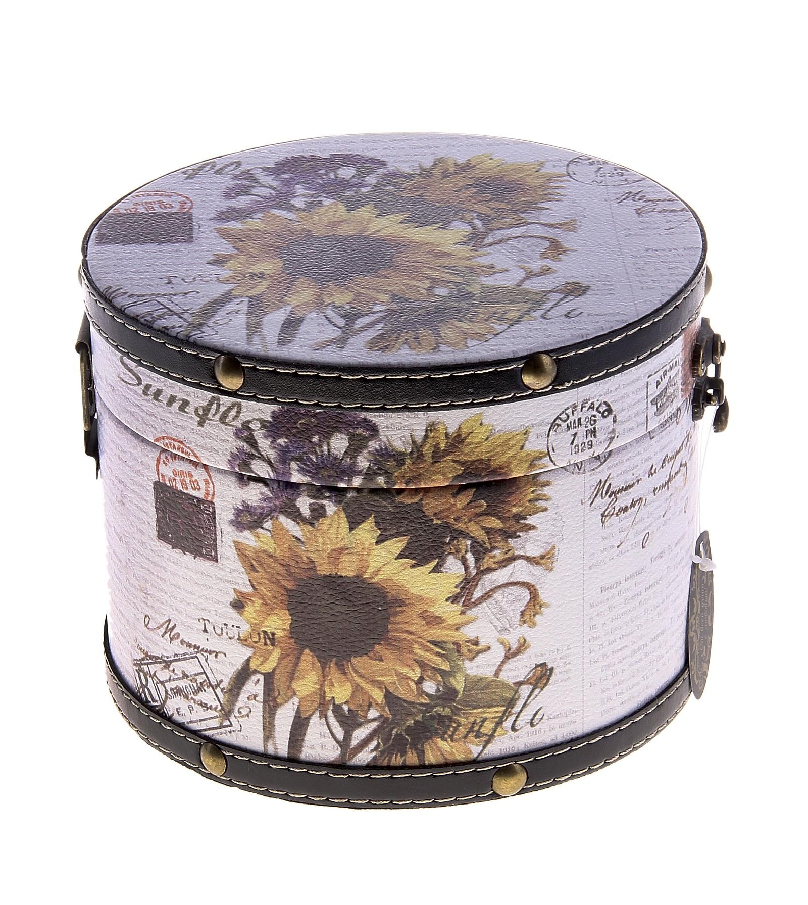 Шкатулка круглая Букет с подсолнухом 17,5 см х 17,5 см х 13 см682473Шкатулка Букет с подсолнухом изготовлена из дерева. Оригинальное оформление шкатулки, несомненно, привлечет внимание. Она имеет круглую форму и декорирована изображением подсолнухов. Шкатулка закрывается на крепкий металлический замочек. Такая шкатулка может использоваться для хранения бижутерии, в качестве украшения интерьера, а также послужит хорошим подарком для человека, ценящего практичные и оригинальные вещицы.