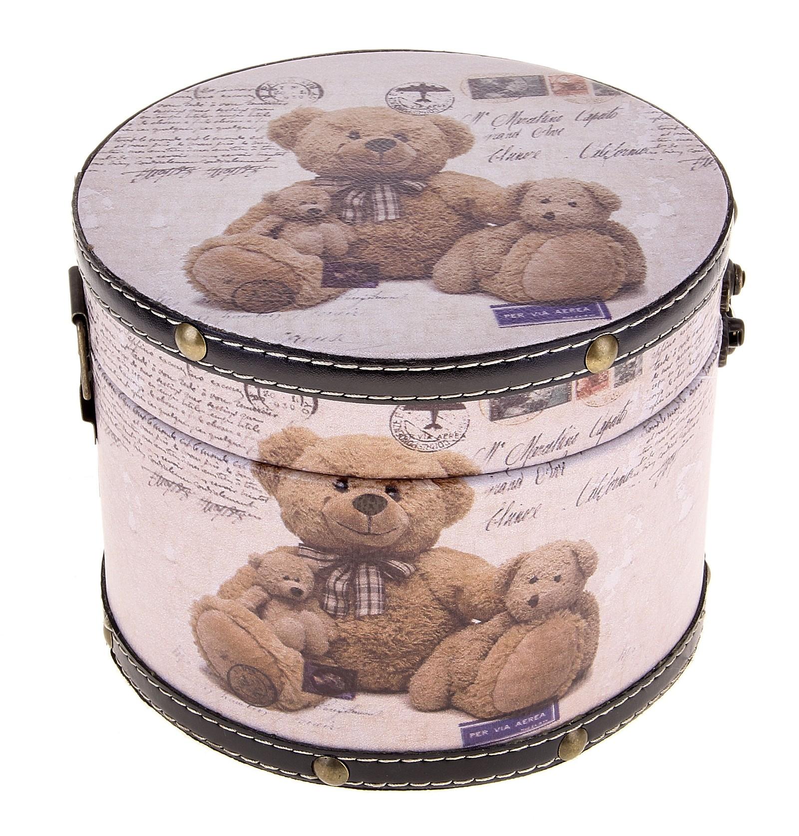 Шкатулка круглая Плюшевый мишка, 17,5 х 17,5 х 13 см682476Шкатулка Плюшевый мишка изготовлена из дерева. Оригинальное оформление шкатулки, несомненно, привлечет внимание. Она имеет круглую форму и декорирована изображением милых плюшевых медвежат. Шкатулка закрывается на крепкий металлический замочек. Такая шкатулка может использоваться для хранения бижутерии, в качестве украшения интерьера, а также послужит хорошим подарком для человека, ценящего практичные и оригинальные вещицы. Характеристики: Материал: дерево, металл. Размер шкатулки (в закрытом виде): 17,5 см х 17,5 см х 13 см. Размер упаковки: 18 см х 18 см х 14 см. Артикул: 682476.