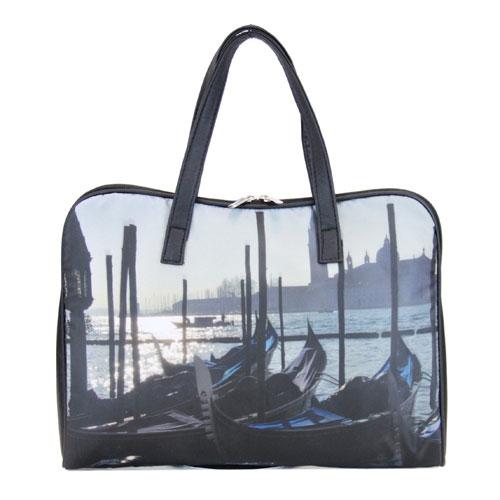 Сумка Antan Венеция, цвет: черный. 3-374620010740558Стильная сумка Antan Венеция выполнена из полиэстера черного цвета и оформлена изображением Венеции. Сумка имеет одно вместительное отделение, которое закрывается на пластиковую застежку-молнию с двумя бегунками. Внутри расположены два нашивных кармана. Сумка оснащена двумя удобными ручками из искусственной кожи. Вместительная и удобная, такая сумка не только поможет уместить все необходимые вещи, но и станет стильным аксессуаром, который идеально дополнит ваш неповторимый образ.