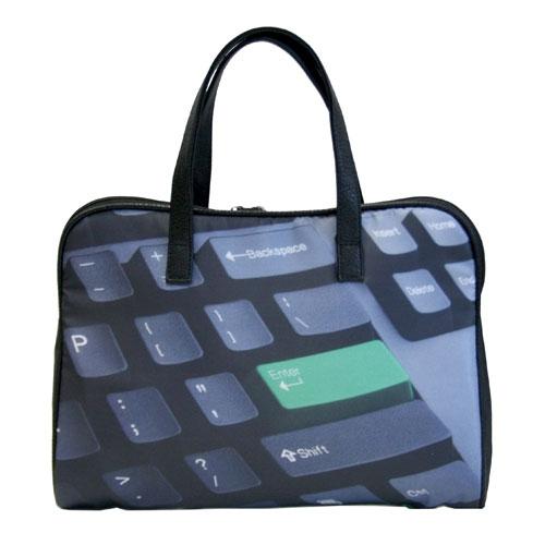 Сумка Antan Enter, цвет: черный. 3-373-37Стильная сумка Antan Enter выполнена из полиэстера черного цвета и оформлена изображением клавиатуры. Сумка имеет одно вместительное отделение, которое закрывается на пластиковую застежку-молнию с двумя бегунками. Внутри расположены два нашивных кармана. Сумка оснащена двумя удобными ручками из искусственной кожи. Вместительная и удобная, такая сумка не только поможет уместить все необходимые вещи, но и станет стильным аксессуаром, который идеально дополнит ваш неповторимый образ. Характеристики: Материал: полиэстер, искусственная кожа, металл, пластик. Цвет: черный. Размер сумки: 36 см х 26 см х 7 см. Высота ручек: 21 см. Артикул: 3-37.