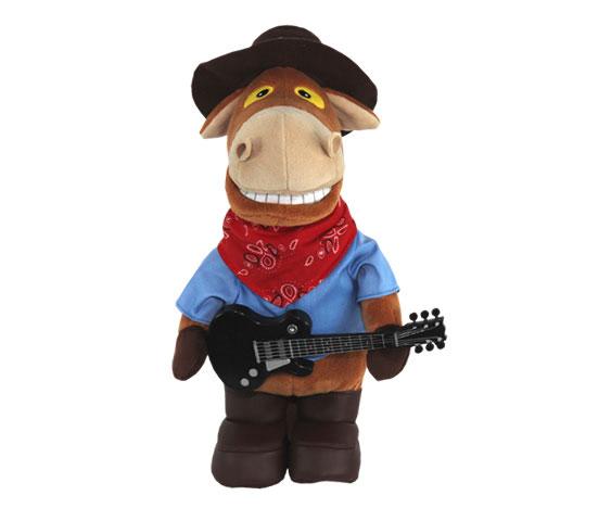Анимированная игрушка Конь Ковбой Гитарист, 37 смJCH1309Конь Ковбой Гитарист - анимированная игрушка, выполненная в виде забавного коня, вызовет улыбку у каждого, кто ее увидит. Конь одет в синюю курточку, на ногах - коричневые сапожки, на голове - коричневая шляпа, в лапках он держит гитару. Нажмите кнопку на его спине, и он порадует вас веселой песенкой Я твой ковбой, исполненной популярной группой Ленинград. Во время исполнения конь двигается в такт музыке и синхронно со словами песни открывает рот. Эта очаровательная игрушка станет отличным подарком для человека, ценящего чувство юмора и оригинальность.
