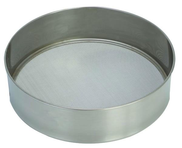 Сито Pronto. Диаметр 24 см93-PRO-32-25Сито Linea Pronto, выполненное из высококачественной нержавеющей стали, станет незаменимым аксессуаром на вашей кухне. Оно предназначено для просеивания муки и процеживания. Прочная стальная сетка и корпус обеспечивают изделию износостойкость и долговечность. Такое сито станет достойным дополнением к кухонному инвентарю. Характеристики: Материал: нержавеющая сталь. Диаметр: 24 см. Высота стенок: 6 см. Артикул: 93-PRO-32-25.