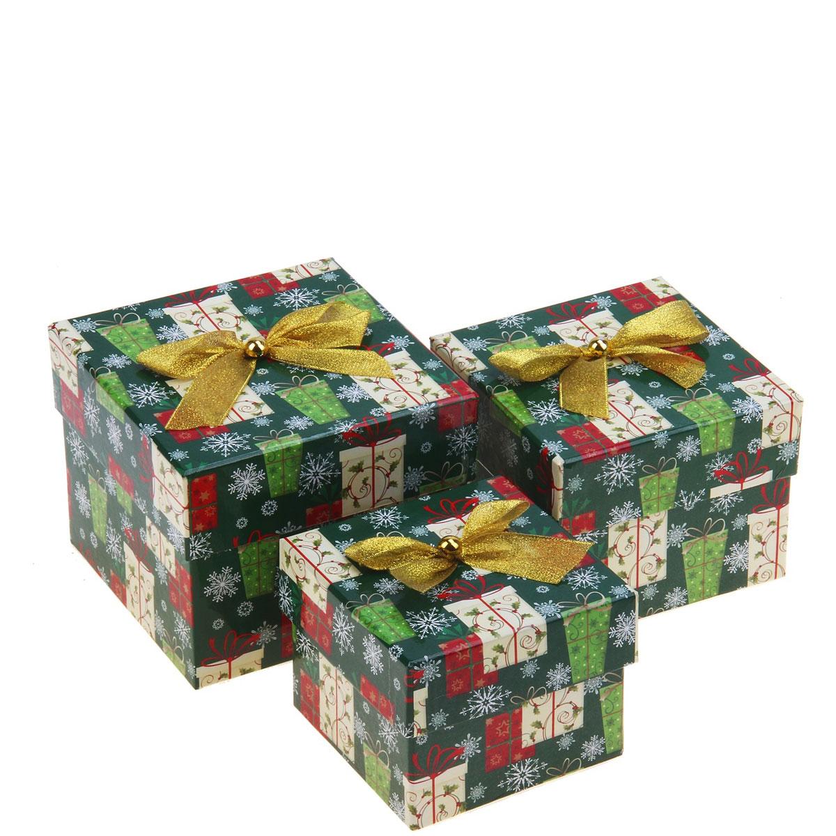 Набор коробок 3в1 Подарочки на зеленом, куб. 682374682374Набор квадратных коробок 3в1 Подарочки на зеленом выполнен из плотного картона и предназначен для праздничной упаковки новогодних подарков. Набор коробок декорирован изображением снежинок и украшен золотистым бантиком. Подарок, преподнесенный в оригинальной упаковке, всегда будет самым эффектным и запоминающимся. Окружите близких людей вниманием и заботой, вручив презент в нарядном, праздничном оформлении.