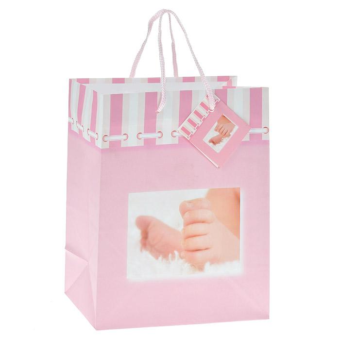 Пакет подарочный Младенец, цвет: розовый, 17,5 х 22,5 х 10 см Ф21-1459Ф21-1459Бумажный подарочный пакет выполнен из плотного картона розового цвета и оформлен изображением пяточек младенца. Дно изделия укреплено плотным картоном, который позволяет сохранить форму пакета и исключает возможность деформации дна под тяжестью подарка. Для удобной переноски на пакете имеются две текстильные ручки. Подарок, преподнесенный в оригинальной упаковке, всегда будет самым эффектным и запоминающимся. Окружите близких людей вниманием и заботой, вручив презент в нарядном, праздничном оформлении.