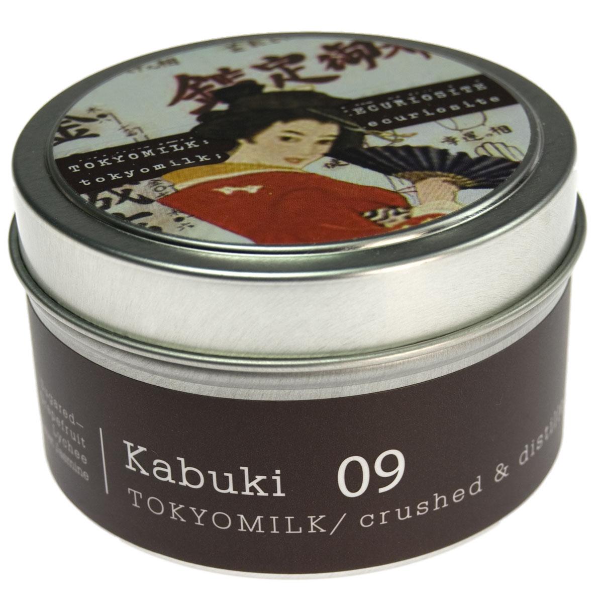 TokyoMilk Свеча ароматизированная Кабуки, 163 гTKM16Q9Ароматическая свеча TokyoMilk Кабуки сочетает в себе волшебные образы и изысканные ароматы оригинальной коллекции Parfumarie Curiosite, изготовлена из соевого воска и горит равномерно и долго. Благодаря удобной упаковке её можно взять с собой и воссоздать неповторимую атмосферу, где бы вы ни находились, даже в самых дальних путешествиях. Традиция, проверенная временем: засахаренный грейпфрут, личи и сладкий жасмин.