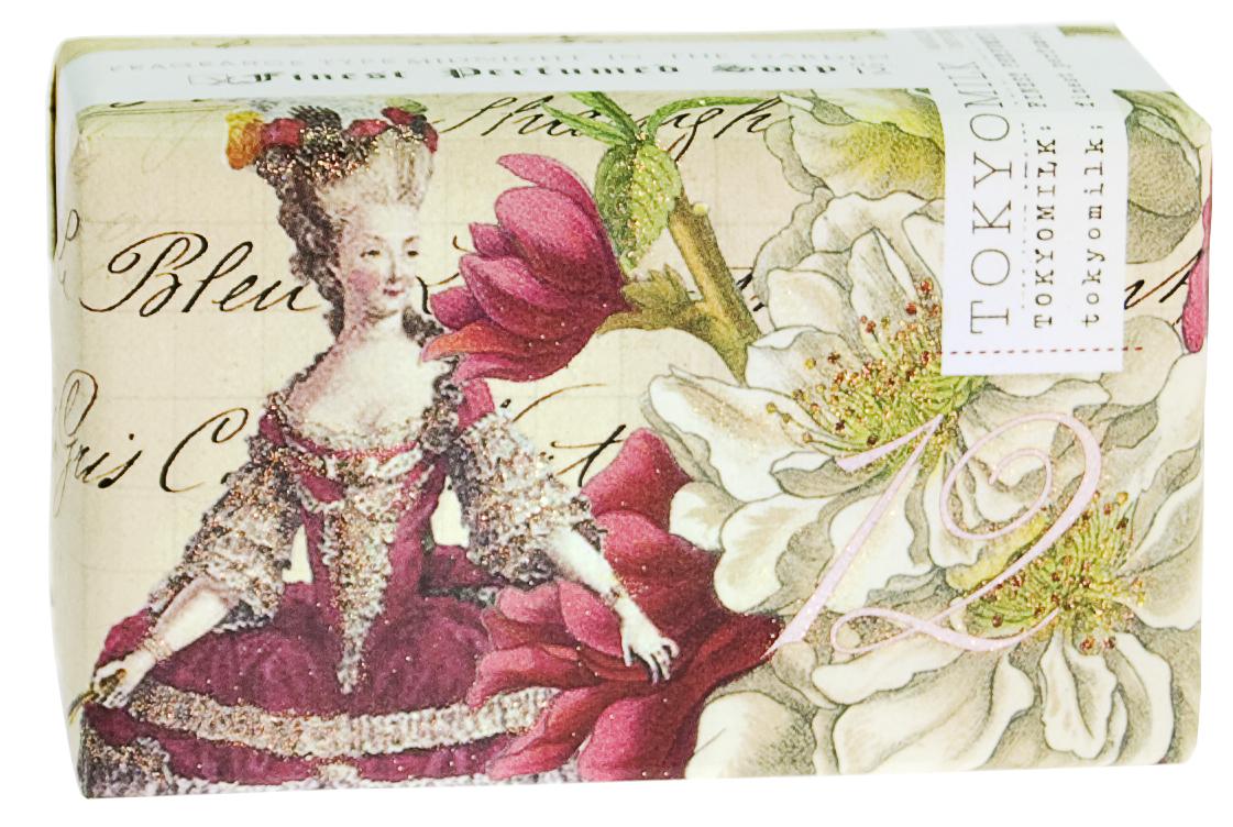 TokyoMilk Мыло брусковое Белый цветок, 229 гTKM16E8Брусковое мыло TokyoMilk Белый цветок упаковано в великолепную тонкую бумагу с отделкой под старинное полотно, благодаря своему глубокому аромату и яркой упаковке будто рассказывает интересную историю. Изысканное парфюмированное французское мыло тройного полирования приготовлено на базе чистейших растительных компонентов, образует плотную пену и прекрасно увлажняет кожу после мытья благодаря маслу ши. Тонко сбалансированный аромат: цитрусовая корочка, розовое дерево, мимоза и мандарин.