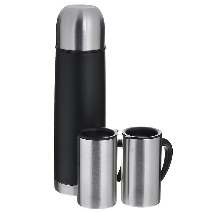 Набор S.Quire: термос, две кружкиSET-SS11Набор S.Quire состоит из термоса и двух кружек. Предметы набора выполнены из высококачественной пищевой нержавеющей стали. Термос, покрытый краской черного цвета, оснащен современной технологией теплоизоляции. Крышка термоса обеспечивает герметичность и способствует сохранению температуры в течение длительного времени. Кнопочный клапан с механическим приспособлением позволяет наливать жидкости без отвинчивания пробки. Две кружки оснащены эргономичными пластиковыми ручками. Герметично закрывающиеся пластиковые крышки на кружках обеспечивают длительное сохранение температуры напитка, способствуют медленному остыванию жидкости, а специальное отверстие для выпуска пара предотвращает перегрев кружки. Упакованный в подарочную коробку, набор может стать практичным и удачным подарком любителю путешествий. Термос удобен в использовании дома, на даче, в турпоходе и на рыбалке. Пригодится на работе, в офисе и командировке, экономит электроэнергию и время. Термос в данном наборе...