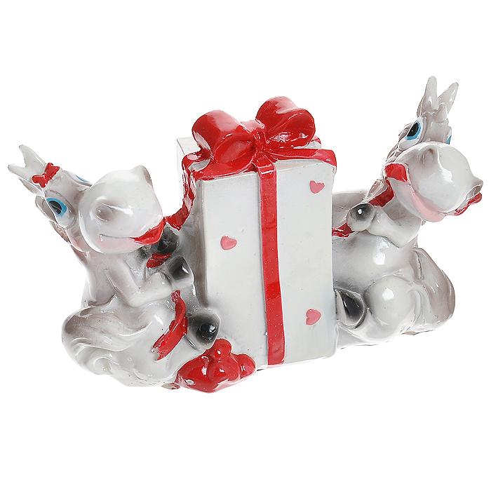 Декоративная копилка Лошадки с подарком. 3171231712Декоративная копилка выполнена из полирезины в виде двух забавных лошадок с подарком. Для удобного извлечения денег в копилке имеется резиновая крышка с отверстием. Копилка послужит приятным и полезным сувениром для близких и знакомых и, несомненно, доставит массу положительных эмоций своему обладателю.
