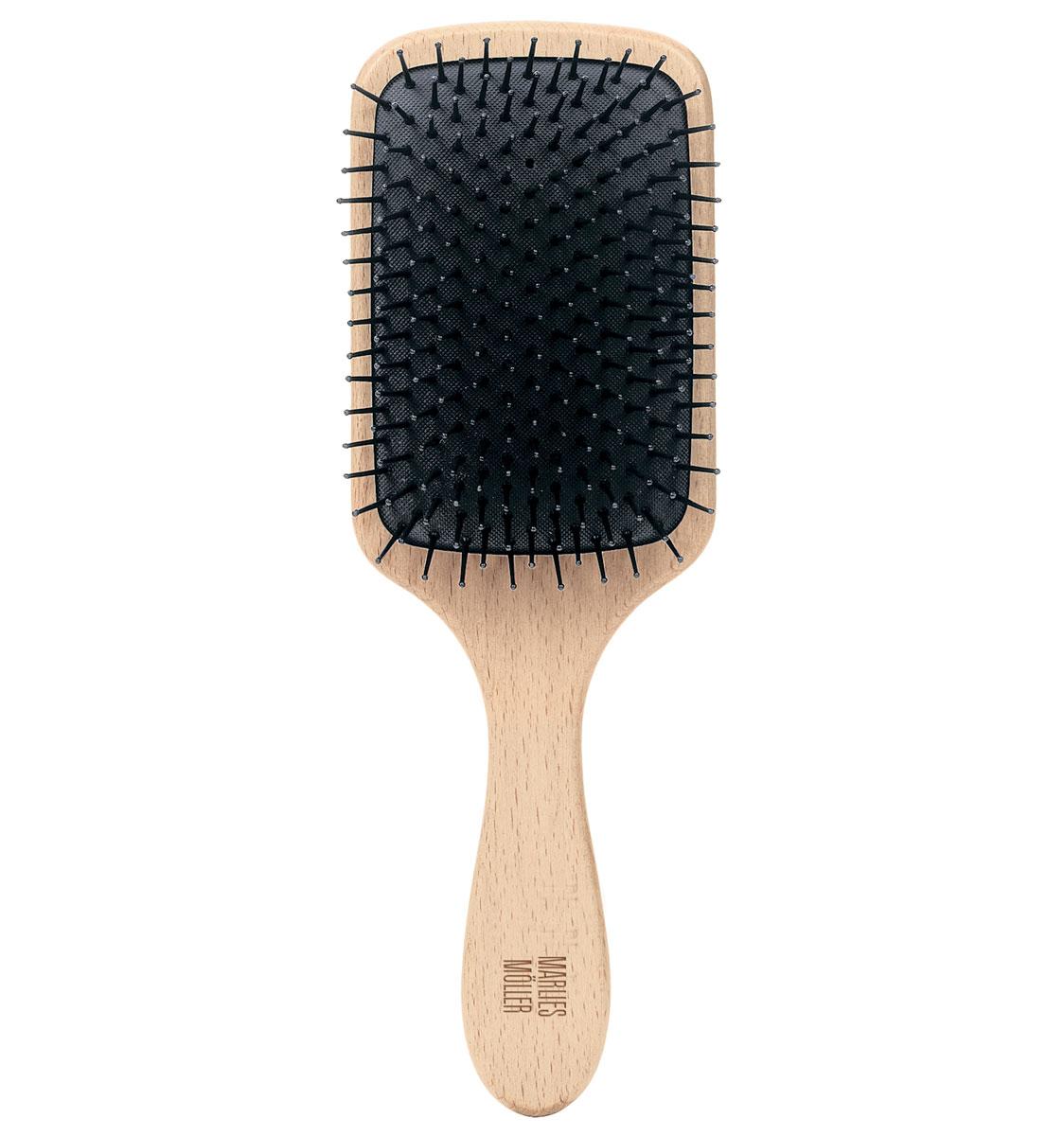 Marlies Moller Щетка массажная для волос, большая27079MMsЩетка называется - профессиональный массаж. Она прекрасно массирует и оживляет кожу головы. Усиливает кровообращение, следовательно, стимулирует рост сильных и здоровых волос. Причем, не нужно делать массаж в 4-х направлениях (экономит время). Просто приложите щетку к правому виску и двигайтесь, совершая мягкие массажные движения, по направлению к затылку. Повторяйте этот простой, но эффективный массаж, завершите, когда достигните левого виска. От уха до уха максимум 3 раза. Щетка подходит для чувствительной кожи головы, мягкая амортизация благодаря подушке из естественного каучука. Бережно распутывает влажные волосы. Идеальна даже для влажных длинных волос. Приложите щетку к правому виску и двигайтесь, совершая мягкие массажные движения, по направлению к затылку. Повторяйте этот простой, но эффективный массаж, завершите, когда достигните левого виска