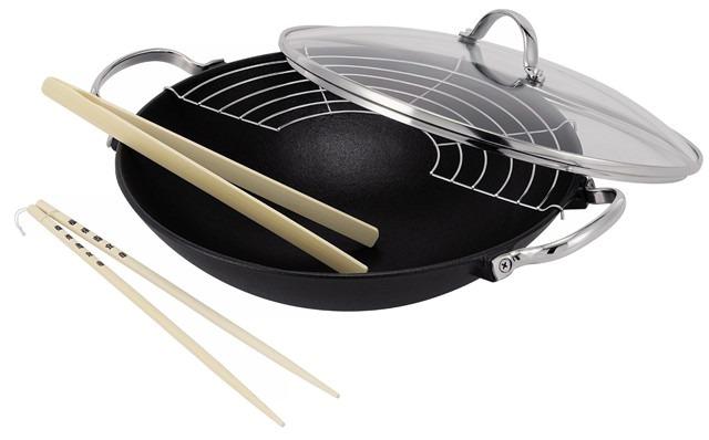 Вок Lhasa чугунный, диаметр 30 см14300734Главное предназначение сковороды-вок Lhasa - быстрое обжаривание большого количества ингредиентов одновременно. Благодаря быстрому обжариванию продукты получаются более ароматными, овощи остаются хрустящими. Эти сковороды особой формы идеально подходят для жарки на раскаленном масле и приготовления блюд азиатской кухни. Можно использовать вок для приготовления плова, густого супа, рагу. Вок оснащен стеклянной крышкой и укомплектован съемной решеткой. Полукруглая решетка крепится к воку, и на нее выкладываются ингредиенты, которые уже готовы, но не должны остыть, а также прилагаются длинные китайские палочки (2 шт) и деревянные щипцы. Вок подходит для использования на всех типах плит.