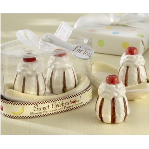 Набор для специй Sweet Celebrations, 3 предмета29244Набор для специй Sweet Celebrations, изготовленный из керамики, состоит из перечницы, солонки и овальной подставки. Предметы набора выполнены в виде двух пирожных. Солонка и перечница легки в использовании: стоит только перевернуть емкости, и вы с легкостью сможете поперчить или добавить соль по вкусу в любое блюдо. Такой набор для специй оживит дизайн любой кухни и послужит отличным подарком для ваших друзей.