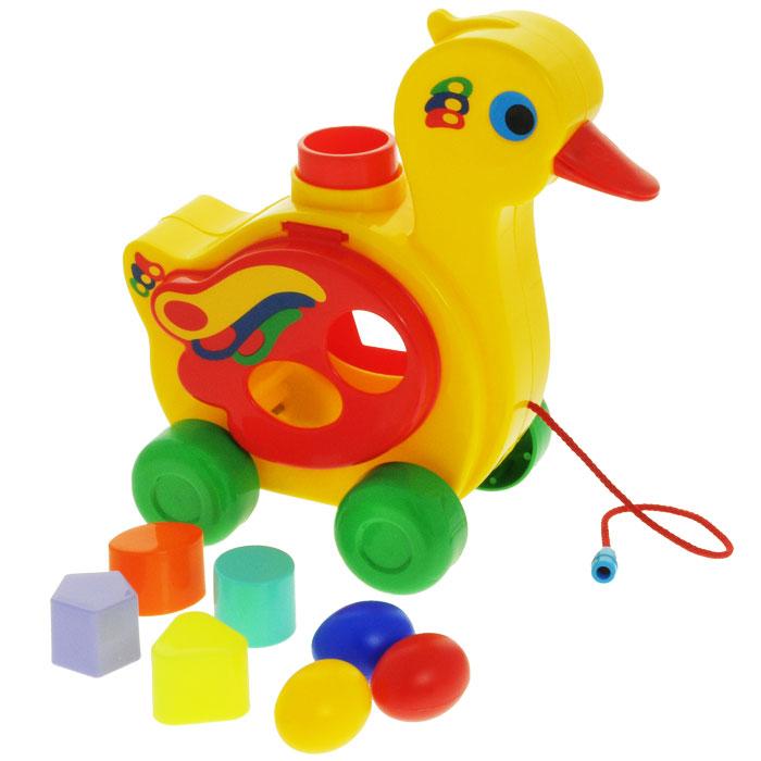 Игрушка-каталка Полесье Уточка-несушка, цвет: желтый, зеленый, красныйП-6219Игрушка-каталка Полесье Уточка-несушка непременно понравится вашему малышу и подойдет для игры как дома, так и на свежем воздухе. Игрушка выполнена из прочного полипропилена ярких цветов в виде уточки с крылышками, на которых расположены фигурные отверстия. В комплект входят фигурки в виде треугольника, овала, круга и пятиугольника. Задача ребенка заключается в том, чтобы опустить фигурки в соответствующие им отверстия. Как только все фигурки оказались внутри, нужно нажать на кнопку, расположенную на спине игрушки. Тогда крылышки утки поднимутся, и можно будет достать фигурки. Игрушка снабжена четырьмя колесами и текстильным шнурком, благодаря которым ее можно свободно катить за собой. Игрушка-каталка Полесье Уточка-несушка развивает пространственное мышление, цветовое восприятие, тактильные ощущения, ловкость и координацию движений.