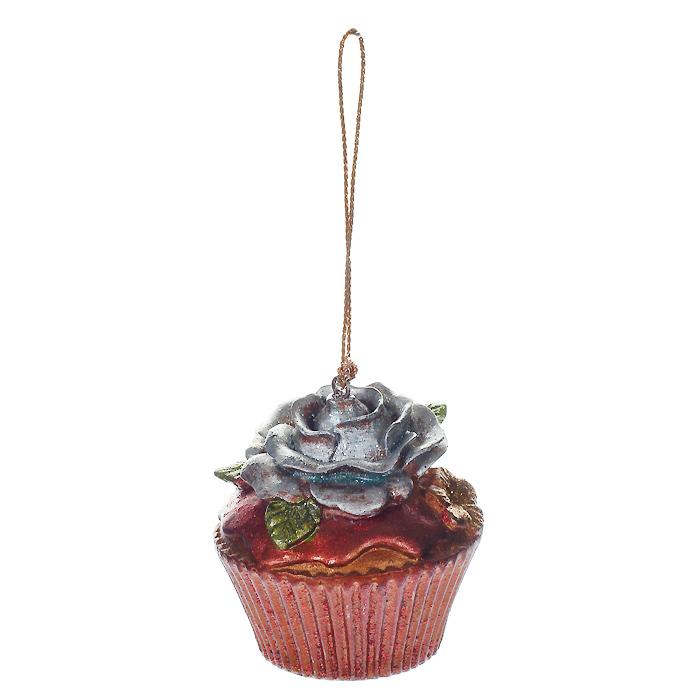 Новогоднее подвесное украшение Пирожное. 2545525455Новогоднее украшение, выполненное из пластика в виде кекса с розочкой, украшено блестками. Вы можете подвесить его в любом месте, где оно будет удачно смотреться, и радовать глаз. Кроме того, это украшение - отличный вариант подарка для ваших близких и друзей. Новогодние украшения всегда несут в себе волшебство и красоту праздника. Создайте в своем доме атмосферу тепла, веселья и радости, украшая его всей семьей. Характеристики: Материал: пластик. Размер украшения: 5 см х 5 см х 5,5 см. Артикул: 25455.