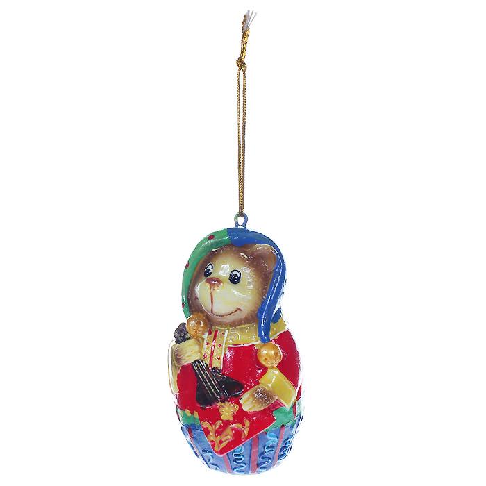 Новогоднее подвесное украшение Мишка. 3047730477Оригинальное новогоднее украшение выполнено из полирезины в виде веселого мишки с балалайкой. С помощью специальной петельки украшение можно повесить в любом понравившемся вам месте. Но, конечно же, удачнее всего такая игрушка будет смотреться на праздничной елке. Новогодние украшения приносят в дом волшебство и ощущение праздника. Создайте в своем доме атмосферу веселья и радости, украшая всей семьей новогоднюю елку нарядными игрушками, которые будут из года в год накапливать теплоту воспоминаний.