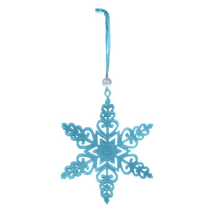 Новогоднее подвесное украшение Снежинка, цвет: голубой. 3105931059Оригинальное новогоднее украшение выполнено из металла в виде снежинки голубого цвета, украшенной блестками. С помощью текстильной ленточки, оформленной бусиной-жемчужиной, украшение можно повесить в любом понравившемся вам месте. Но, конечно, удачнее всего такая игрушка будет смотреться на праздничной елке. Новогодние украшения приносят в дом волшебство и ощущение праздника. Создайте в своем доме атмосферу веселья и радости, украшая всей семьей новогоднюю елку нарядными игрушками, которые будут из года в год накапливать теплоту воспоминаний.