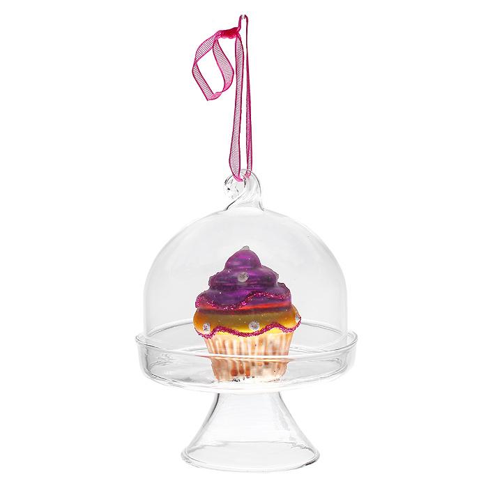 Новогоднее подвесное украшение Пирожное, цвет: фиолетовый. 3119031190Оригинальное новогоднее украшение «Пирожное» отлично подойдет для праздничного декора вашего дома и новогодней ели. Украшение выполнено из стекла в виде подноса с фигуркой пирожного внутри. С помощью текстильной ленточки украшение можно повесить в любом понравившемся вам месте. Но, конечно, удачнее всего такая игрушка будет смотреться на праздничной елке. Елочная игрушка - символ Нового года. Она несет в себе волшебство и красоту праздника. Создайте в своем доме атмосферу веселья и радости, украшая новогоднюю елку нарядными игрушками, которые будут из года в год накапливать теплоту воспоминаний. Коллекция декоративных украшений из серии Magic Time принесет в ваш дом ни с чем несравнимое ощущение волшебства! Характеристики: Материал: стекло, блестки, текстиль. Цвет: фиолетовый. Высота игрушки: 9 см. Размер упаковки: 7,5 см х 7,5 см х 9,5 см. Артикул: 31190.