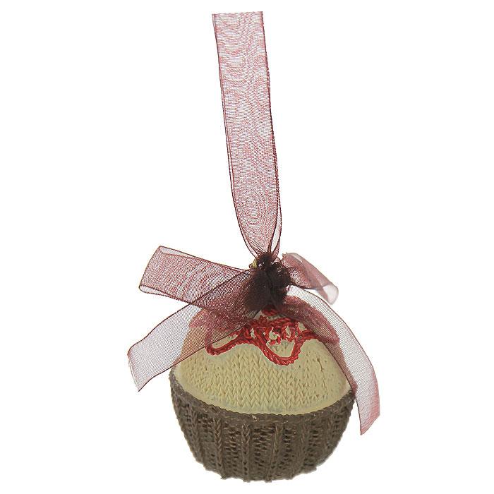 Новогоднее подвесное украшение Пирожное. 2595025950Изящное новогоднее украшение выполнено из полирезины в виде пирожного. С помощью специальной текстильной ленточки украшение можно повесить в любом понравившемся вам месте. Но, конечно, удачнее всего такая игрушка будет смотреться на праздничной елке. Новогодние украшения приносят в дом волшебство и ощущение праздника. Создайте в своем доме атмосферу веселья и радости, украшая всей семьей новогоднюю елку нарядными игрушками, которые будут из года в год накапливать теплоту воспоминаний. Коллекция декоративных украшений из серии Magic Time принесет в ваш дом ни с чем несравнимое ощущение волшебства! Характеристики: Материал: полирезина, текстиль. Размер украшения: 4,5 см х 4,5 см х 5,5 см. Артикул: 25950.
