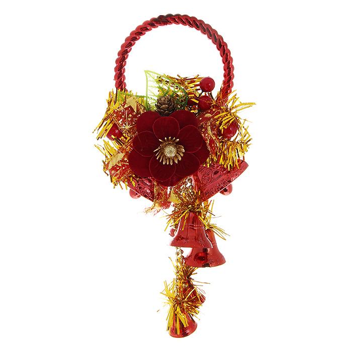 Новогоднее подвесное украшение Колокольчики, цвет: красный, золотистый. 3073430734Оригинальное новогоднее украшение Колокольчики прекрасно подойдет для декора дома и праздничной елки. Украшение выполнено из пластика в виде колокольчиков красного цвета и оформлено золотистой мишурой. Верхушка изделия декорирована композицией в виде шишечек, листочков, ягод и крупного цветка из бархатистой ткани бордового цвета. С помощью специального обруча украшение можно повесить в любом понравившемся вам месте: на дверь, елку или стену. Елочная игрушка - символ Нового года. Она несет в себе волшебство и красоту праздника. Создайте в своем доме атмосферу веселья и радости, украшая новогоднюю елку нарядными игрушками, которые будут из года в год накапливать теплоту воспоминаний.