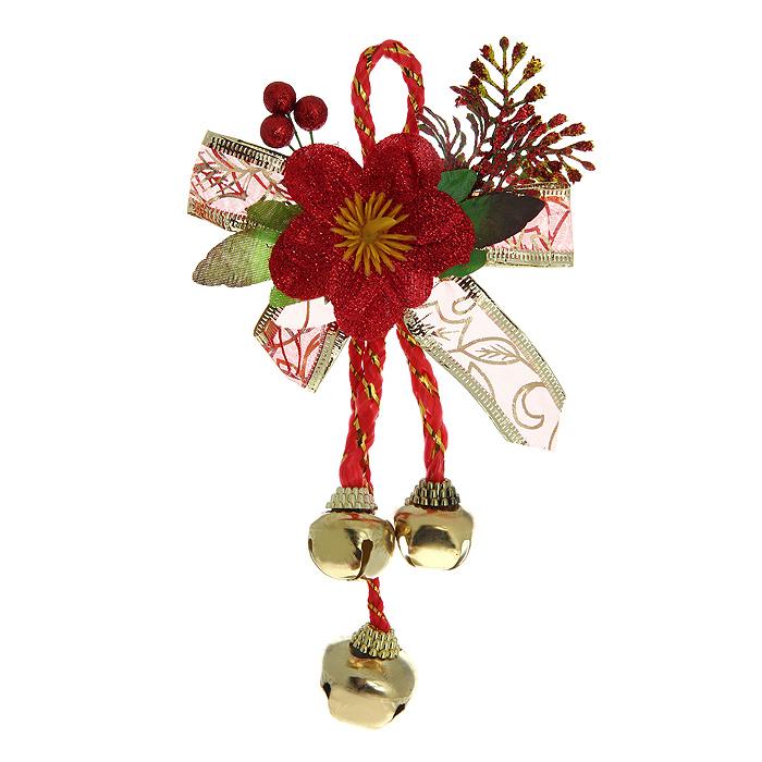 Новогоднее подвесное украшение Бубенчики. 3072530725Оригинальное новогоднее украшение Бубенчики прекрасно подойдет для декора дома и праздничной елки. Украшение выполнено из металла в виде бубенчиков золотистого цвета. Верхняя часть изделия декорирована композицией в виде листочков, ягод и крупного красного цветка. С помощью специальной петельки украшение можно повесить в любом понравившемся вам месте. Но, конечно, удачнее всего оно будет смотреться на новогодней елке. Елочная игрушка - символ Нового года. Она несет в себе волшебство и красоту праздника. Создайте в своем доме атмосферу веселья и радости, украшая новогоднюю елку нарядными игрушками, которые будут из года в год накапливать теплоту воспоминаний.