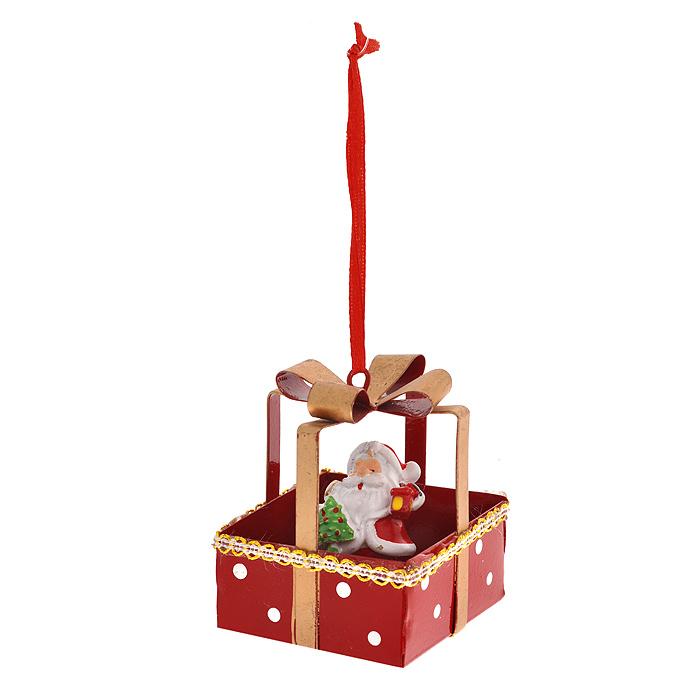 Новогоднее подвесное украшение Дед Мороз. 3106931069Изящное новогоднее украшение Дед Мороз выполнено из полирезины и черного металла. Украшение представляет собой Деда Мороза в подарке. С помощью специальной текстильной петельки украшение можно повесить в любом понравившемся вам месте. Но, конечно, удачнее всего такая игрушка будет смотреться на праздничной елке. Новогодние украшения приносят в дом волшебство и ощущение праздника. Создайте в своем доме атмосферу веселья и радости, украшая всей семьей новогоднюю елку нарядными игрушками, которые будут из года в год накапливать теплоту воспоминаний. Характеристики: Материал: полирезина, черный металл. Цвет: красный, бежевый. Размер украшения: 5,5 см х 5,5 см х 6,5 см. Артикул: 31069.