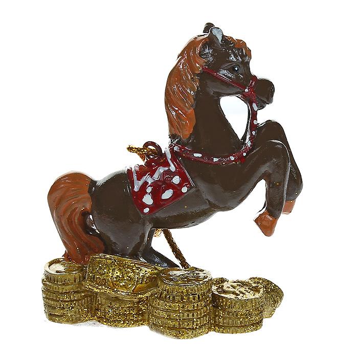 Новогоднее подвесное украшение Денежная лошадка. 3180931809Изящное новогоднее украшение Денежная лошадка выполнено из полирезины. С помощью специальной текстильной петельки украшение можно повесить в любом понравившемся вам месте. Но, конечно, удачнее всего такая игрушка будет смотреться на праздничной елке. Новогодние украшения приносят в дом волшебство и ощущение праздника. Создайте в своем доме атмосферу веселья и радости, украшая всей семьей новогоднюю елку нарядными игрушками, которые будут из года в год накапливать теплоту воспоминаний. Характеристики: Материал: полирезина. Цвет: коричневый, золотистый. Размер украшения: 7 см х 6 см х 3 см. Артикул: 31809.