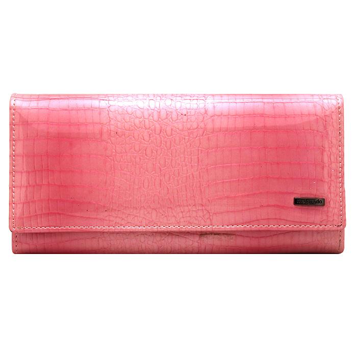 Кошелек Malgrado, цвет: розовый. 72032-3-01414#72032-3-01414# PinkСтильный кошелек Malgrado выполнен из лаковой натуральной кожи розового цвета с декоративным тиснением под рептилию, застегивается клапаном на кнопку. Внутри содержит один горизонтальный карман для бумаг, девять кармашков для кредитных карт, отделение на замке-защелке для мелочи и четыре отделения для купюр, одно из них на молнии. Кошелек упакован в подарочную металлическую коробку с логотипом фирмы. Такой кошелек станет замечательным подарком человеку, ценящему качественные и практичные вещи.