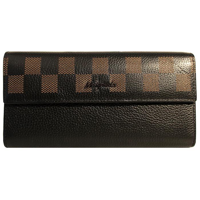 Кошелек женский Malgrado, цвет: черный. 72044-1-500172044-1-5001D BlackСтильный кошелек Malgrado изготовлен из натуральной кожи черного цвета с декоративным тиснением и вмещает в себя купюры в развернутом виде в полную длину. Внутри содержит пять основных отделений, одно из которых закрывается на кнопку, внутри расположено десять кармашков для карточек, визиток или кредиток и одно с прозрачным окошком, одно горизонтальное отделение и еще одно отделение на защелке для мелочи. С оборотной стороны расположен карман на молнии. Закрывается кошелек клапаном на кнопку. Кошелек упакован в подарочную металлическую коробку с логотипом фирмы. Такой кошелек станет замечательным подарком человеку, ценящему качественные и практичные вещи. Характеристики: Материал: натуральная кожа, текстиль, металл. Размер кошелька: 18 см х 9 см х 3 см. Цвет: черный. Размер упаковки: 23 см х 12,5 см х 4,5 см. Артикул: 72044-1-5001D.