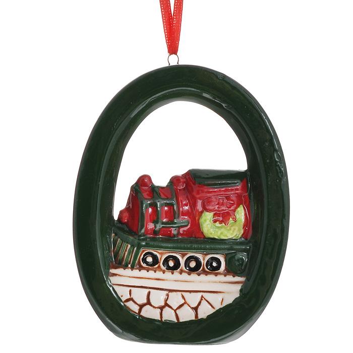 Новогоднее подвесное украшение. 3085630856Изящное новогоднее украшение выполнено из керамики и представляет собой подвеску с изображением паровоза. С помощью специальной текстильной петельки украшение можно повесить в любом понравившемся вам месте. Но, конечно, удачнее всего такая игрушка будет смотреться на праздничной елке. Новогодние украшения приносят в дом волшебство и ощущение праздника. Создайте в своем доме атмосферу веселья и радости, украшая всей семьей новогоднюю елку нарядными игрушками, которые будут из года в год накапливать теплоту воспоминаний.